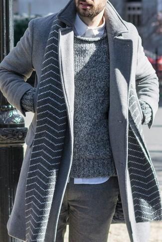 Cómo combinar: abrigo largo gris, jersey con cuello circular de punto gris, camisa de vestir blanca, pantalón de vestir de lana gris