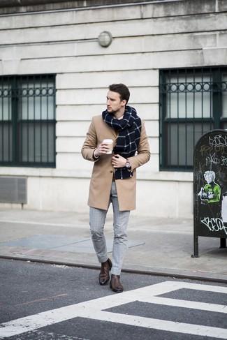 Cómo combinar: abrigo largo marrón claro, jersey con cuello circular marrón, camisa de vestir blanca, pantalón de vestir a cuadros gris