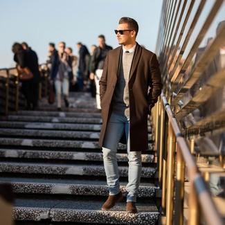 Cómo combinar: abrigo largo marrón, jersey con cuello circular gris, camisa de vestir blanca, vaqueros pitillo celestes