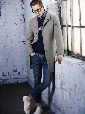 Look de moda: Abrigo largo gris, Jersey con cuello circular estampado azul marino, Camisa vaquera celeste, Vaqueros pitillo azul marino