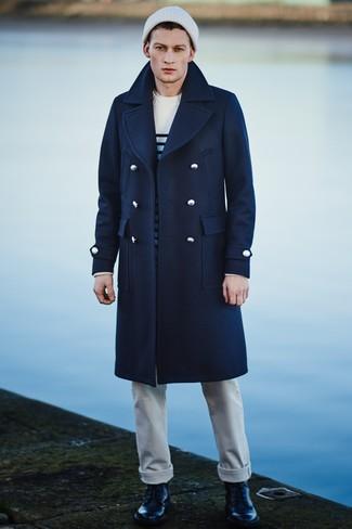Cómo combinar: abrigo largo azul marino, jersey con cuello circular de rayas horizontales en blanco y negro, camiseta con cuello circular blanca, vaqueros blancos