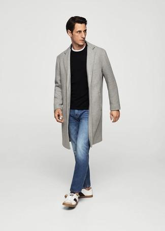 Cómo combinar: abrigo largo gris, jersey con cuello circular negro, camiseta con cuello circular blanca, vaqueros azules