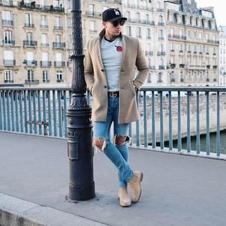 Cómo combinar: abrigo largo en beige, jersey con cuello circular estampado gris, camiseta con cuello circular negra, vaqueros desgastados azules