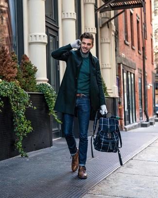 Cómo combinar: abrigo largo verde oscuro, jersey con cuello circular verde oscuro, jersey de cuello alto gris, vaqueros azul marino