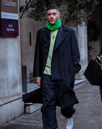 Cómo combinar: abrigo largo de rayas verticales azul marino, jersey con cuello circular verde, pantalón cargo azul marino, deportivas blancas