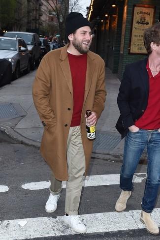 Cómo combinar: abrigo largo marrón claro, jersey con cuello circular rojo, pantalón chino en beige, tenis de cuero blancos
