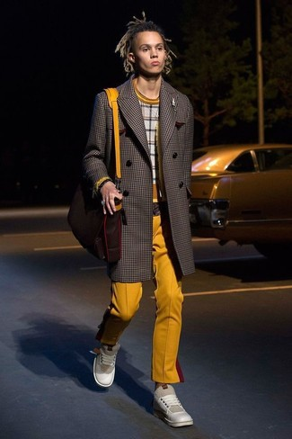 Cómo combinar: abrigo largo a cuadros en marrón oscuro, jersey con cuello circular a cuadros gris, pantalón chino mostaza, tenis de cuero en beige