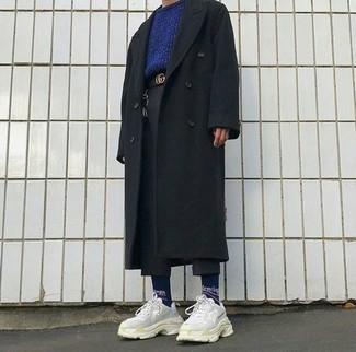 Cómo combinar: abrigo largo negro, jersey con cuello circular azul marino, pantalón chino de lana negro, deportivas en beige