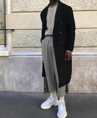 Cómo combinar: abrigo largo negro, jersey con cuello circular en beige, pantalón chino de lana gris, deportivas blancas