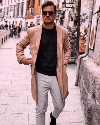 Cómo combinar: abrigo largo marrón claro, jersey con cuello circular negro, pantalón chino gris, botines chelsea de ante negros