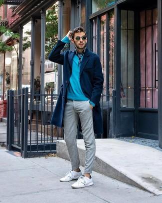 Cómo combinar: abrigo largo azul marino, jersey con cuello circular en turquesa, pantalón chino gris, tenis de cuero blancos