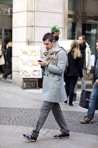 Cómo combinar: abrigo largo de tartán gris, jersey con cuello circular negro, pantalón chino de tartán en gris oscuro, tenis de ante azul marino