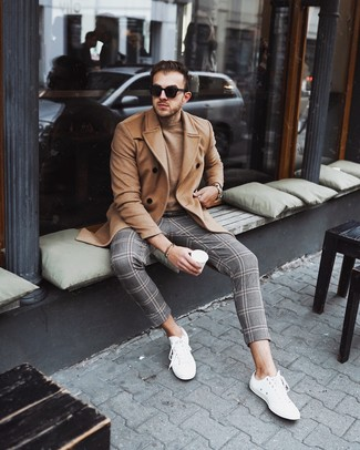 Cómo combinar: abrigo largo marrón claro, jersey con cuello circular marrón claro, pantalón chino de tartán gris, tenis blancos