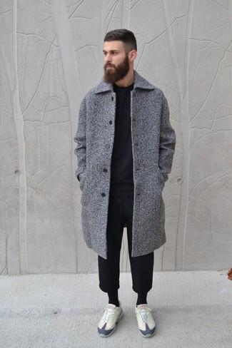 Cómo combinar: abrigo largo gris, jersey con cuello circular negro, pantalón de chándal negro, tenis en beige