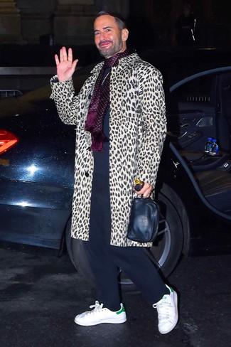 Cómo combinar: abrigo largo de leopardo en beige, jersey con cuello circular azul marino, pantalón de chándal azul marino, tenis de cuero blancos