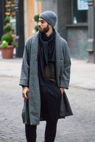 Cómo combinar: abrigo largo gris, jersey con cuello circular verde oliva, pantalón de vestir negro, gorro gris
