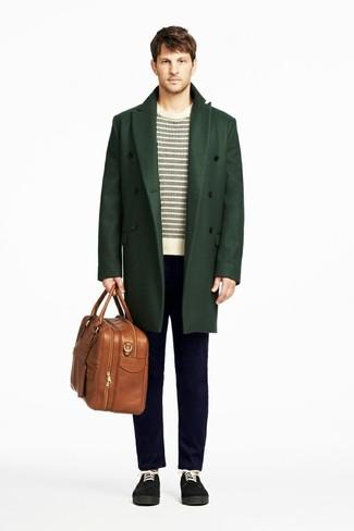 Cómo combinar: abrigo largo verde oscuro, jersey con cuello circular de rayas horizontales en blanco y negro, vaqueros azul marino, zapatos derby de ante negros