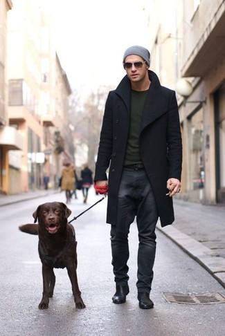 Cómo combinar: abrigo largo negro, jersey con cuello circular verde oliva, vaqueros en gris oscuro, botines chelsea de cuero negros