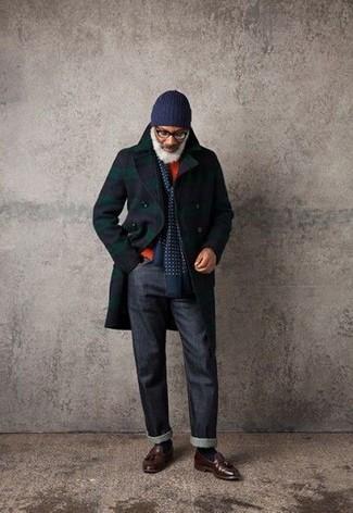 Cómo combinar: abrigo largo de tartán azul marino, jersey con cuello circular naranja, vaqueros azul marino, mocasín con borlas de cuero en marrón oscuro