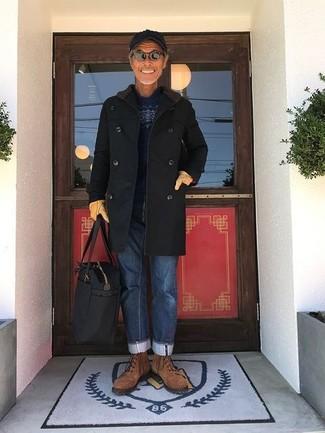 Cómo combinar: abrigo largo negro, jersey con cuello circular de grecas alpinos azul marino, vaqueros azules, botas casual de ante marrónes