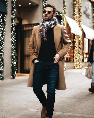 Cómo combinar: abrigo largo marrón claro, jersey con cuello circular negro, vaqueros azul marino, botines chelsea de ante marrónes