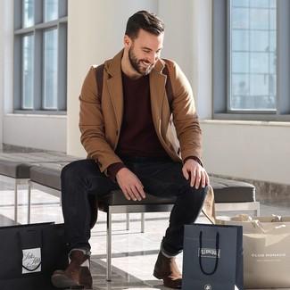 Cómo combinar: abrigo largo marrón claro, jersey con cuello circular burdeos, vaqueros negros, botines chelsea de ante en marrón oscuro