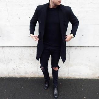 Cómo combinar: abrigo largo negro, jersey con cuello circular azul marino, vaqueros desgastados negros, botines chelsea de cuero negros