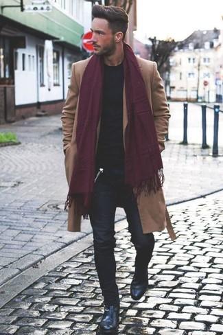 Cómo combinar: abrigo largo marrón claro, jersey con cuello circular negro, vaqueros pitillo negros, botines chelsea de cuero negros