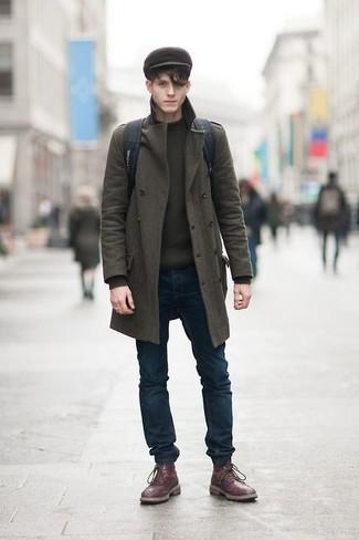 Cómo combinar: abrigo largo verde oliva, jersey con cuello circular verde oliva, vaqueros pitillo azul marino, botas brogue de cuero burdeos