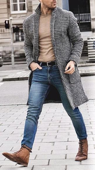 Cómo combinar: abrigo largo de pata de gallo en negro y blanco, jersey con cuello circular marrón claro, vaqueros pitillo azules, botas brogue de cuero marrónes