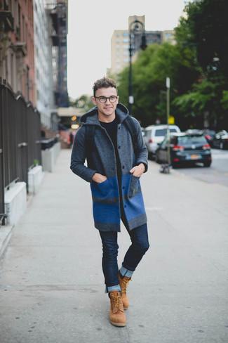 Cómo combinar: abrigo largo en gris oscuro, jersey con cuello circular negro, vaqueros pitillo azul marino, botas de trabajo de ante marrón claro