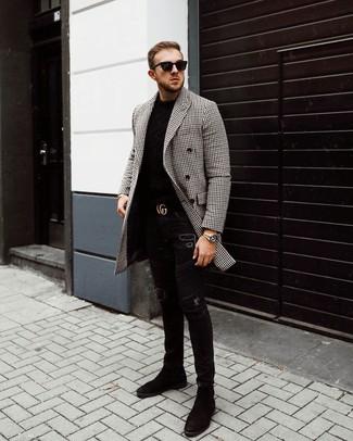 Cómo combinar: abrigo largo de cuadro vichy en negro y blanco, jersey con cuello circular negro, vaqueros pitillo desgastados negros, botines chelsea de ante negros