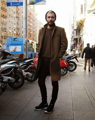 Emparejar un abrigo largo marrón y unos vaqueros pitillo negros es una opción cómoda para hacer diligencias en la ciudad. ¿Te sientes valiente? Completa tu atuendo con deportivas.
