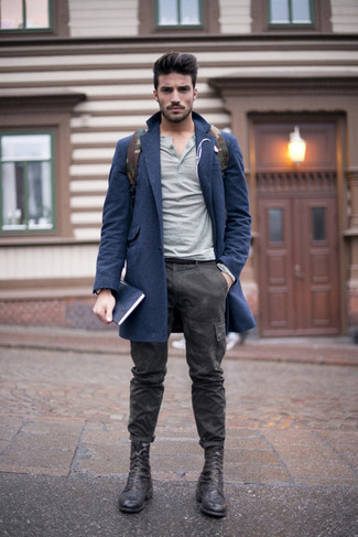 Cómo combinar: abrigo largo azul marino, jersey con cuello henley gris, pantalón cargo de camuflaje en gris oscuro, botas casual de cuero negras