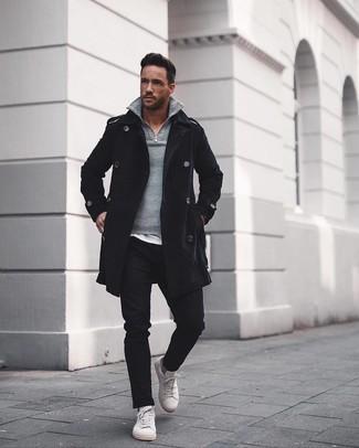 Cómo combinar: abrigo largo negro, jersey de cuello alto con cremallera gris, camiseta con cuello circular blanca, pantalón chino negro