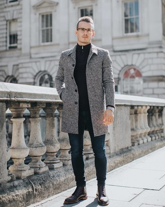 Cómo combinar: abrigo largo gris, jersey de cuello alto con cremallera azul marino, vaqueros pitillo azul marino, botas brogue de cuero burdeos