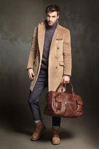 Cómo combinar: abrigo largo marrón claro, jersey de cuello alto de punto en gris oscuro, pantalón chino en gris oscuro, botas de trabajo de cuero marrón claro
