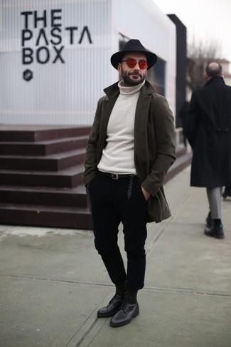 Cómo combinar: abrigo largo verde oliva, jersey de cuello alto blanco, pantalón chino negro, zapatos derby de cuero negros