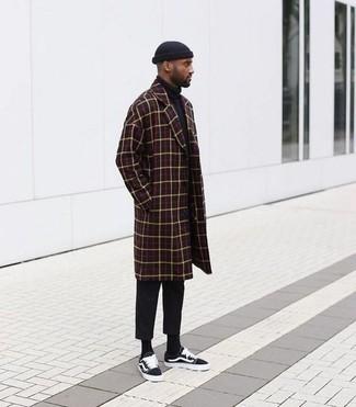 Cómo combinar: abrigo largo a cuadros burdeos, jersey de cuello alto negro, pantalón chino negro, tenis de lona negros