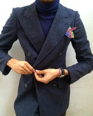 Cómo combinar: abrigo largo en gris oscuro, jersey de cuello alto azul marino, pantalón chino negro, pañuelo de bolsillo estampado en multicolor