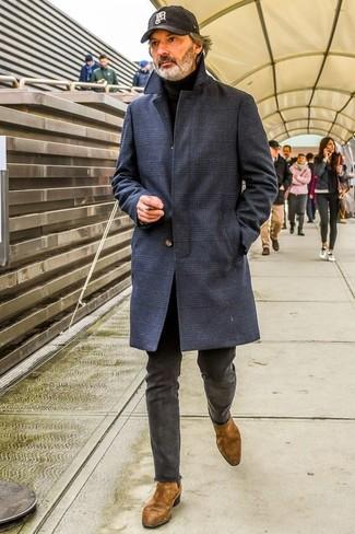 Cómo combinar: abrigo largo de tartán azul marino, jersey de cuello alto negro, pantalón chino en gris oscuro, botines chelsea de ante marrónes