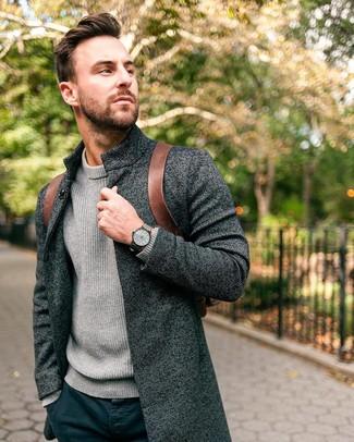 Cómo combinar: abrigo largo en gris oscuro, jersey de cuello alto de punto gris, pantalón chino azul marino, mochila de cuero marrón