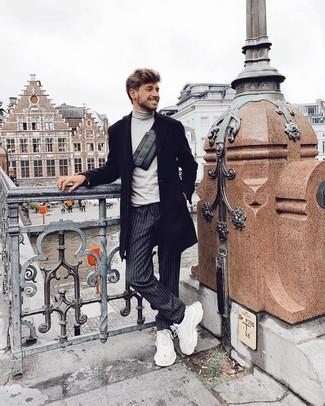 Cómo combinar: abrigo largo negro, jersey de cuello alto gris, pantalón chino de rayas verticales en gris oscuro, deportivas blancas