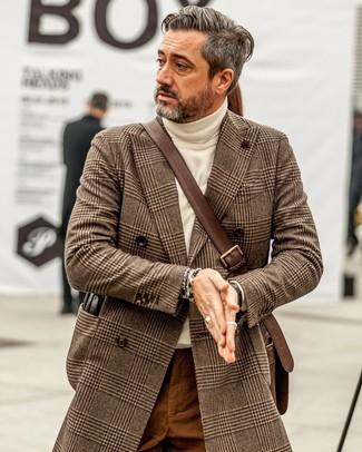 Cómo combinar: abrigo largo de pata de gallo marrón, jersey de cuello alto en beige, pantalón chino en tabaco, bolso mensajero de cuero en marrón oscuro