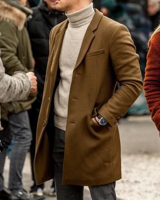 Cómo combinar: abrigo largo marrón, jersey de cuello alto en beige, pantalón chino de lana en gris oscuro, reloj de cuero negro