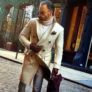 Cómo combinar: abrigo largo en beige, jersey de cuello alto de punto blanco, pantalón de vestir de lana gris, portafolio de cuero burdeos