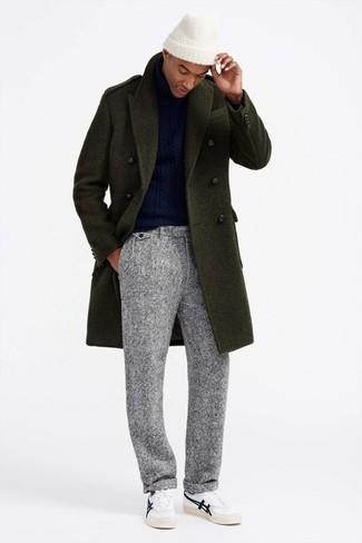 Cómo combinar: abrigo largo verde oliva, jersey de cuello alto de punto azul marino, pantalón de vestir de lana gris, tenis de cuero blancos