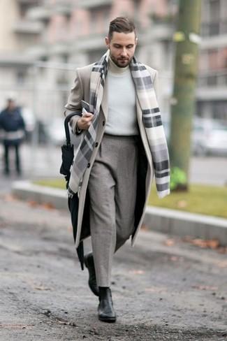 Cómo combinar: abrigo largo en beige, jersey de cuello alto blanco, pantalón de vestir de lana gris, botines chelsea de cuero negros