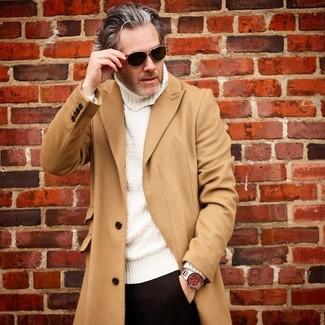 Cómo combinar: abrigo largo marrón claro, jersey de cuello alto de punto blanco, pantalón de vestir negro, gafas de sol negras