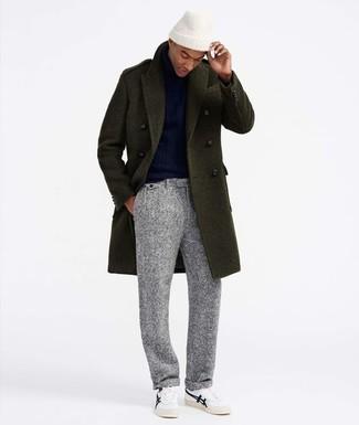 Cómo combinar: abrigo largo verde oliva, jersey de cuello alto azul marino, pantalón de vestir de lana gris, tenis blancos